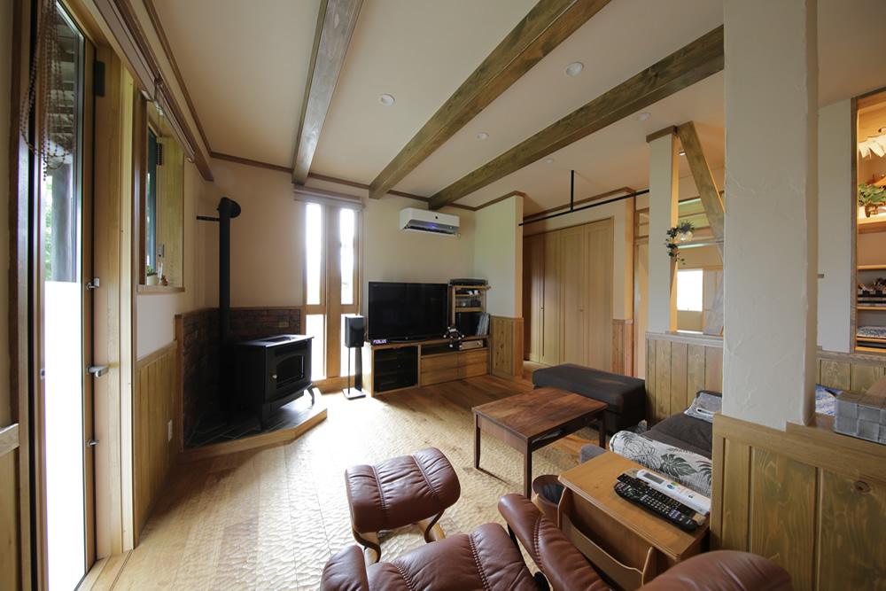 間仕切りを大解放して寛ぎの空間へ。ペレットストーブと厨房のある家