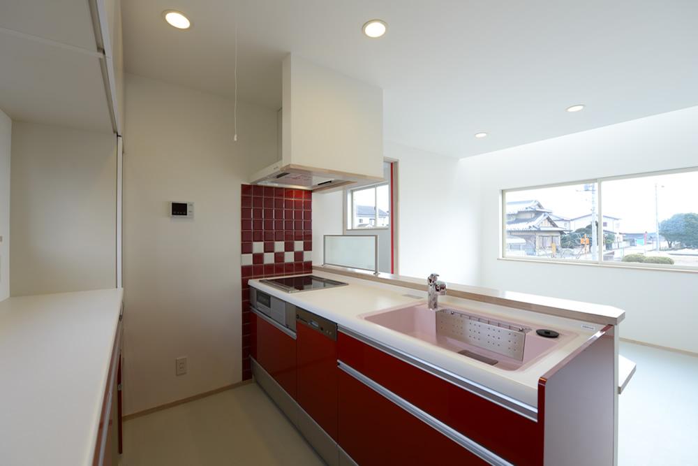 憧れてた私らしい「赤いキッチン」。空間の活用と視線の遊びを備えたスキップフロアの家。