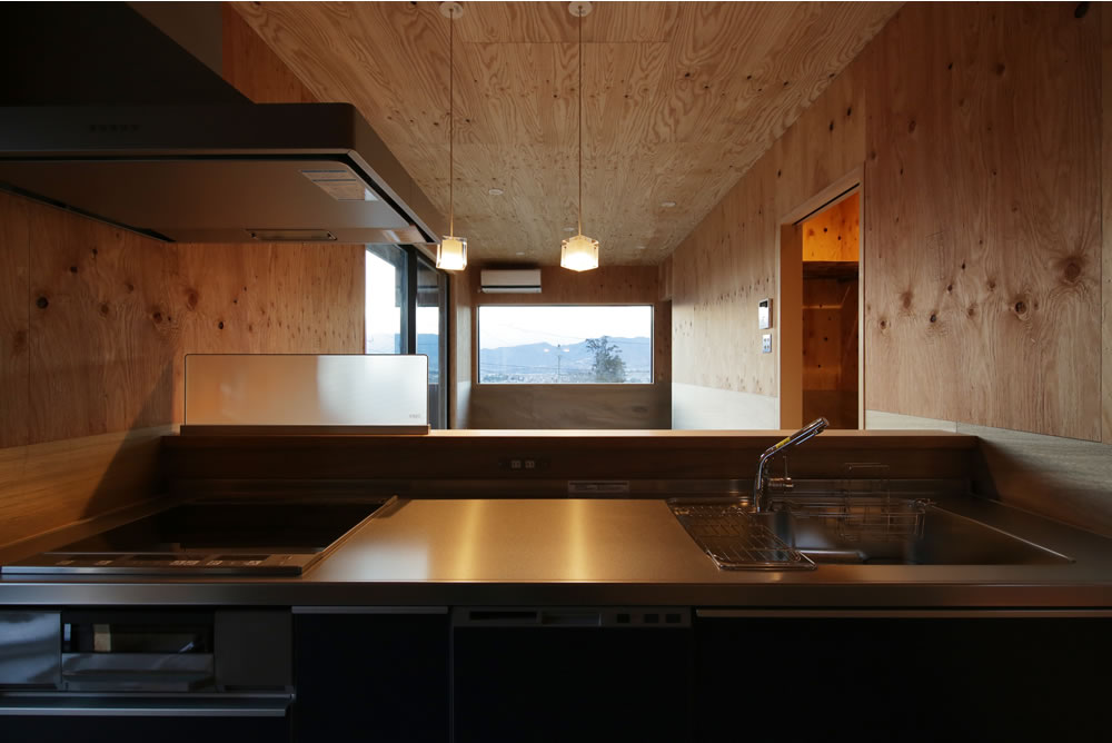 ナチュラル派の家族が選んだ土間キッチンスタイルの、景色と共に暮らす家
