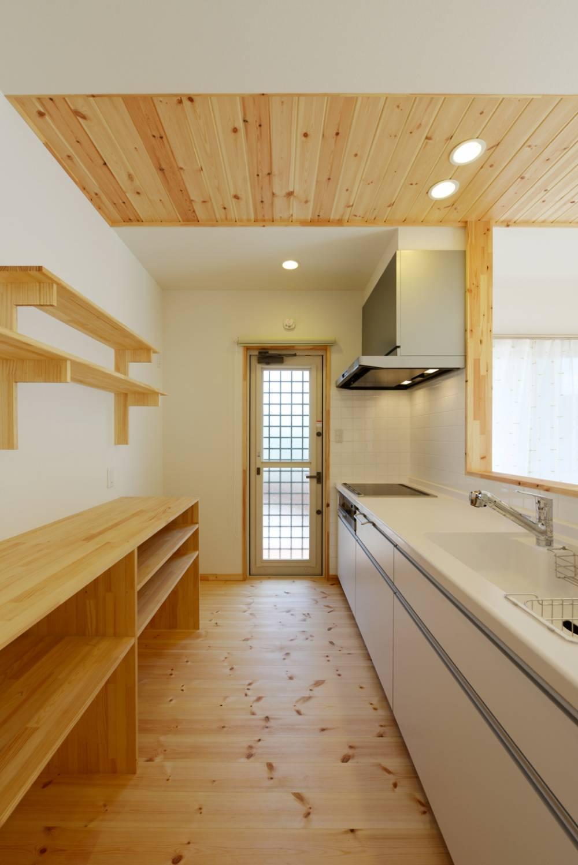 素材が薫る空間に、スキップフロアと吹き抜けが光と風を運ぶ家