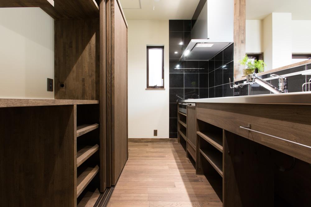 工場を住まいに大改造。2階リビングとオリジナルキッチンのある家