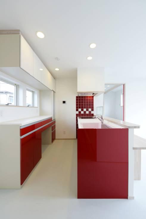 白い床と赤いキッチン