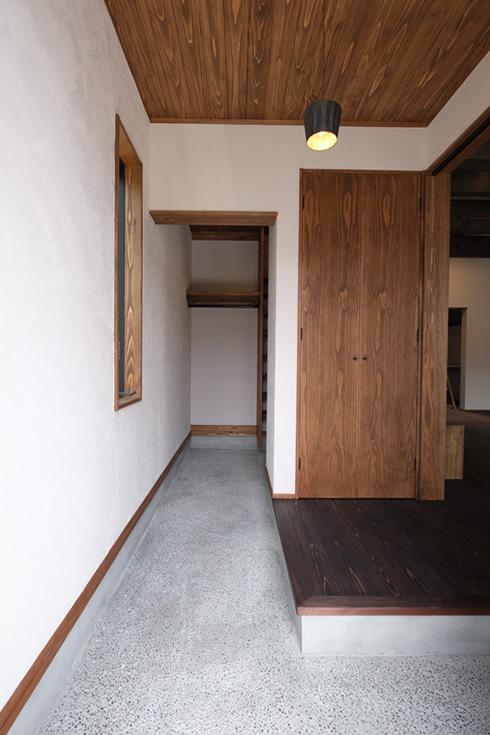 玄関にも珪藻土壁と杉板天井。床は砂利土間
